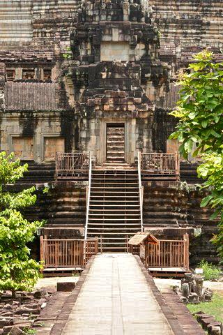 angkor_wat_under_construction_siem_reap_cambodia